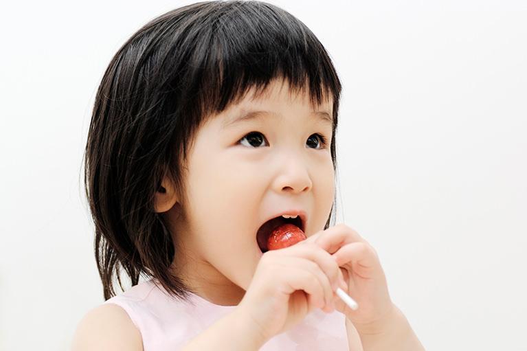 あごの骨の形や歯の大きさ、日常生活の癖などが原因です